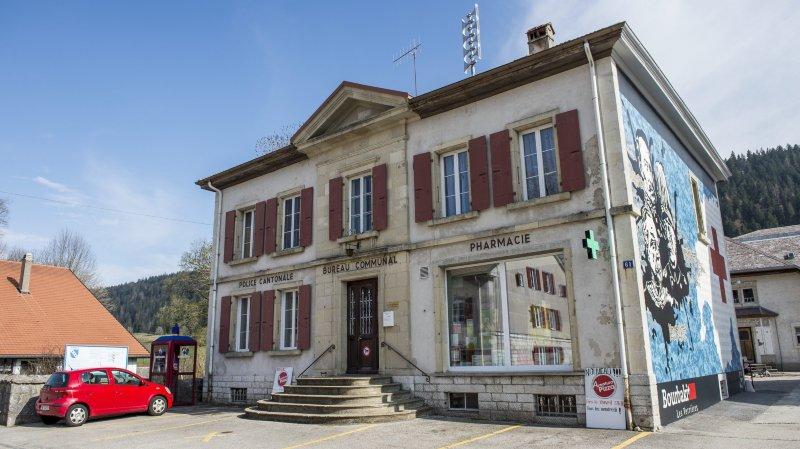 Le bureau communal des Verrières a notamment été visité par les deux voleurs.