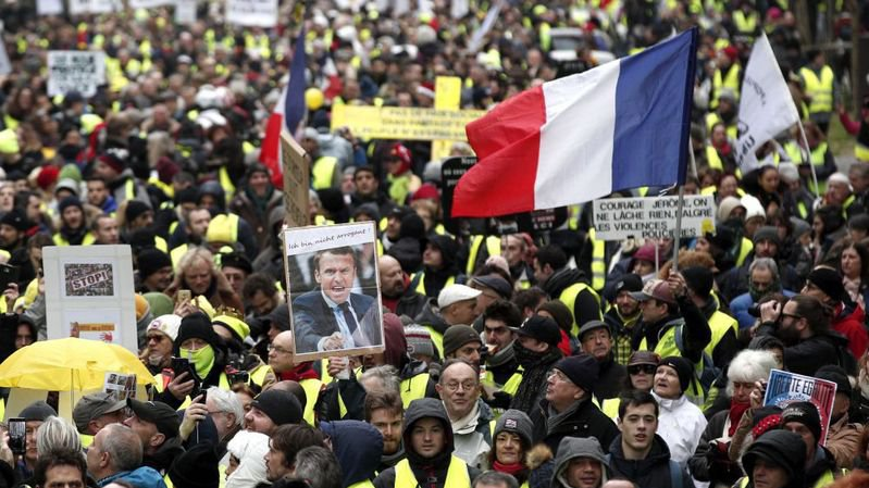 En France, la hausse des taxes sur les carburants a déclenché une mobilisation sans précédent avec l'émergence des gilets jaunes.