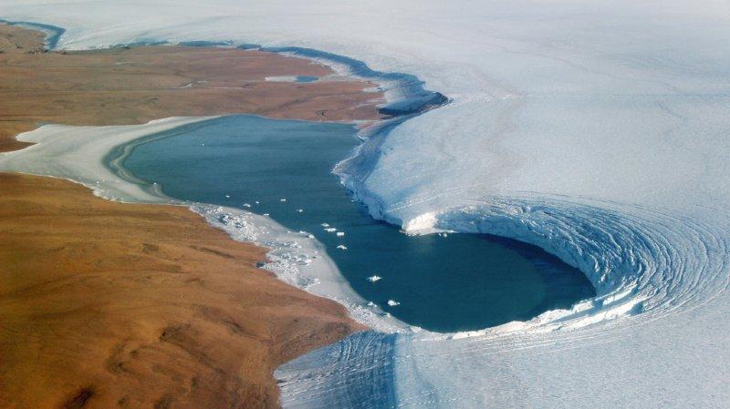 Climat: au Groenland, des lacs se vident en quelques heures dans de profondes crevasses