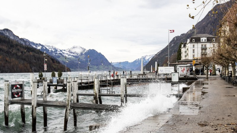 Intempéries: la Suisse balayée par une tempête de foehn, des rafales mesurées à près de 200 km/h
