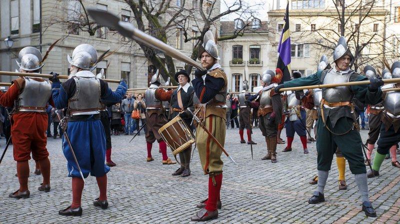 Arquebusiers, hallebardiers, forgerons, artilleurs, cavaliers, tirs de mousquet, fifres et tambours ont animé les rues.