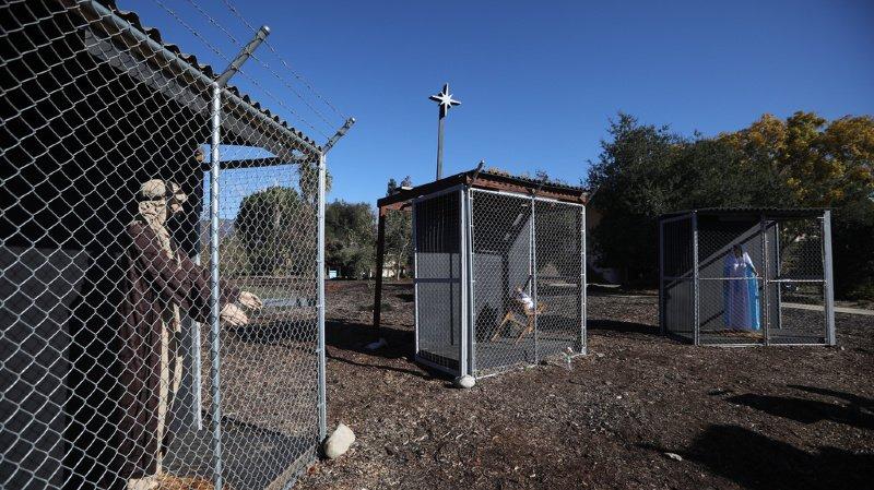 La crèche montre Jésus, Marie et Joseph, tous en cage et séparés les uns des autres. L'église cherche à dénoncer les conditions de vie des migrants aux Etats-Unis et en Europe.