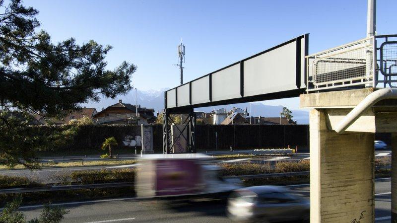 La nuit passée, la pile centrale et la passerelle métallique côté montagne, en direction de Lausanne, ont été installées.