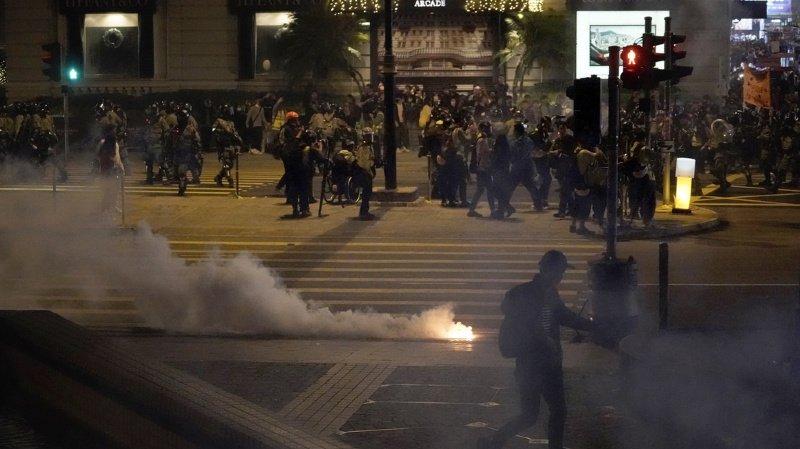 La police repoussait les manifestants à coups de matraque et de gaz au poivre.