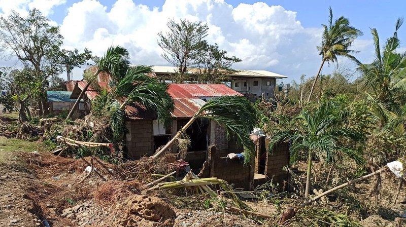 Les vents ont détruit des bâtiments sur l'île centrale de l'archipel des Visayas.
