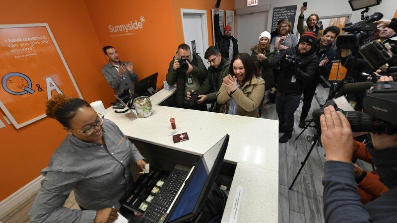 Jackie Ryan, au centre, est devenue la première personne a acheté du cannabis légalement dans l'Etat de l'Illinois, le 1er janvier 2020.