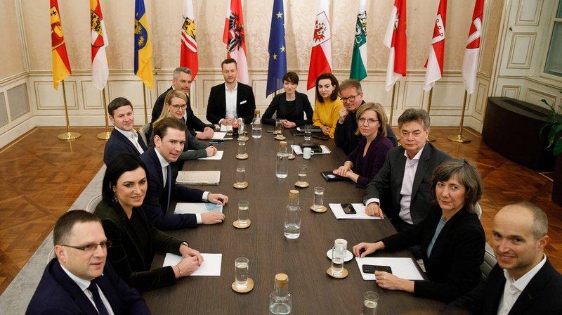 Les leaders des conservateurs, Sebastian Kurz (à gauche, au milieu) et des Verts, Werner Kogler (à droite, au milieu), vont devoir développer de nouvelles manières de collaborer dans une coalition gouvernementale inédite.