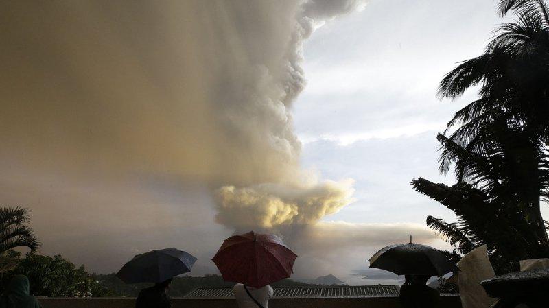 La colonne de cendres émanant du volcan a atteint dimanche plus de 15 kilomètres de haut.