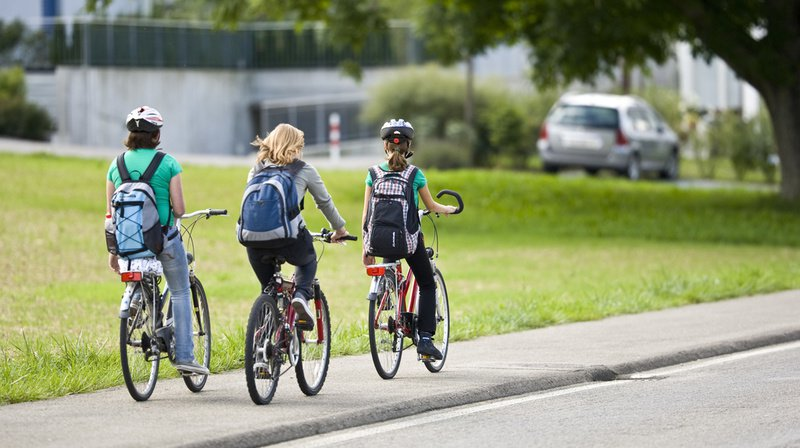 Mobilité: les enfants pourraient bientôt rouler à vélo sur les trottoirs