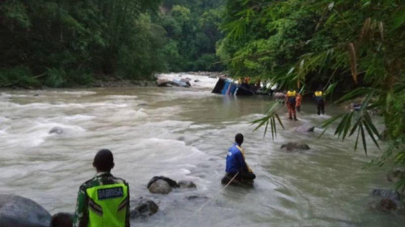 Le bus n'était parti qu'avec 27 passagers, mais d'autres sont montés en cours de route. Selon des témoins, il y aurait eu une cinquantaine de passagers au moment de l'accident.