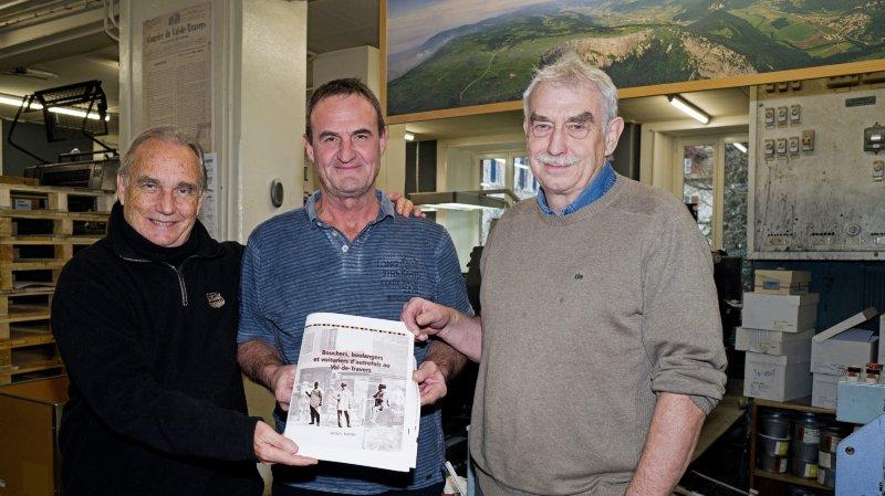 Claude-Alain Kleiner, Dulio Rota et Michel Riethmann. Dans les mains de l'imprimeur, le livre de Jacques Kaeslin en cours de tirage.