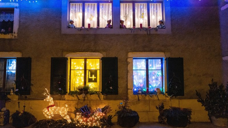 Tel un calendrier de l'Avent géant, les fenêtres de plusieurs quartiers et villages s'illuminent chaque soir