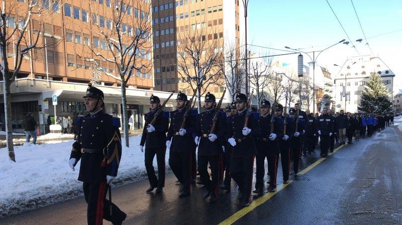 Les nouveaux agents de police ont défilé en tête du cortège, ce jeudi à La Chaux-de-Fonds.