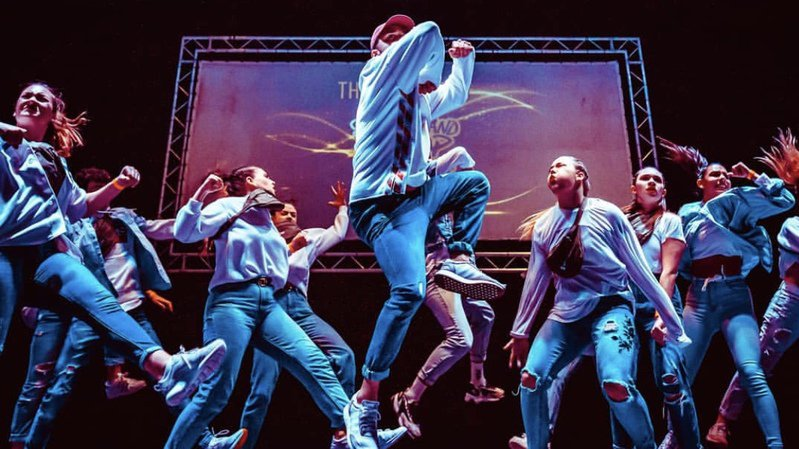 Un spectacle avec divers types de danses pour exprimer des émotions.