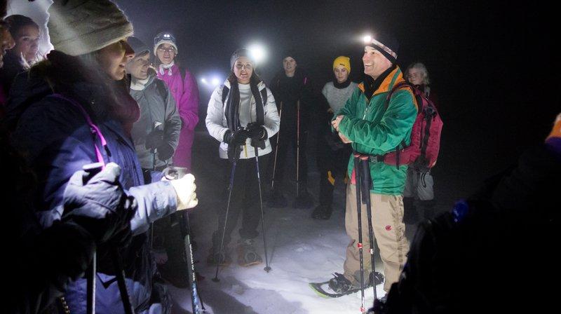 Le guide Grégoire Monnier (en vert) explique à ses troupes le maniement des raquettes.