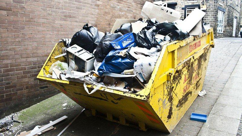 Grèce: un bébé jeté aux ordures a été sauvé grâce au retard des éboueurs