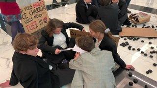 Lausanne: des activistes climatiques mènent une action dans une succursale de l'UBS