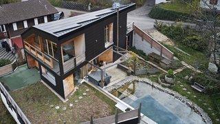 Une maison déconnectée faite de paille et de bois