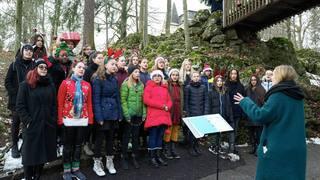 Les enfants de La Chaux-de-Fonds chantent au Bois du Petit-Château en attendant le Père Noël