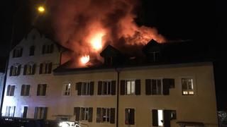 Immeuble frappé par le feu dans la nuit à Cernier