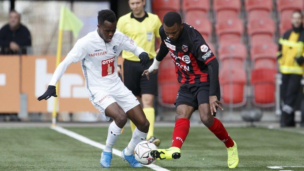 Geoffroy Serey Die (à droite, à la lutte avec Ibrahima Ndiaye) a convaincu, mais cela n'a pas suffi à Xamax face à Lucerne. (KEYSTONE/Salvatore Di Nolfi)