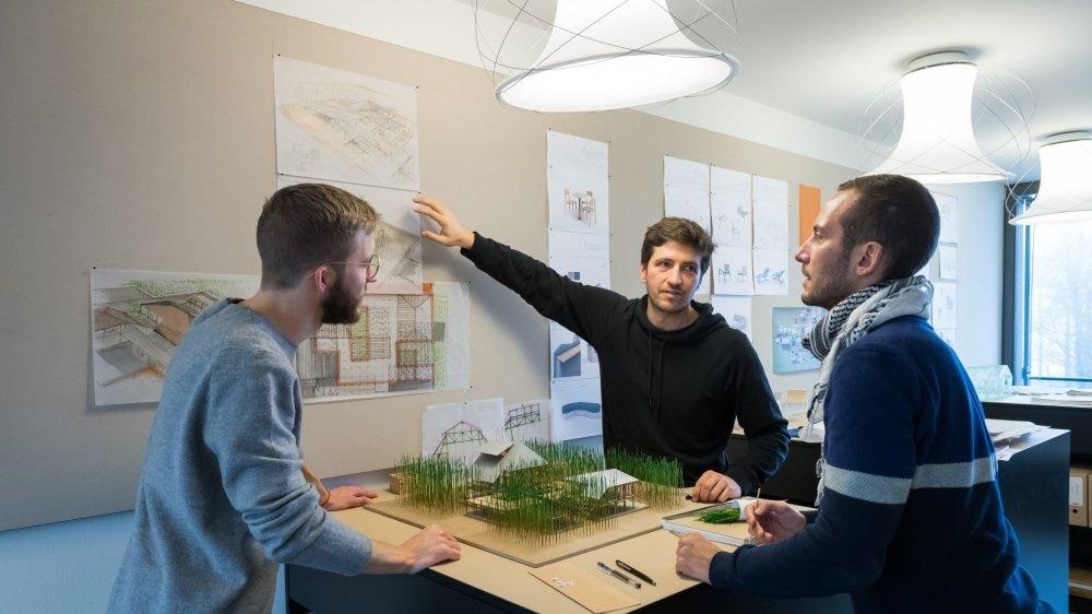 Session de travail à l'Atelier Oï, à La Neuveville. On discute les détails du plan d'une université, qui doit être construite directement avec les bambous qui poussent sur son site de construction.