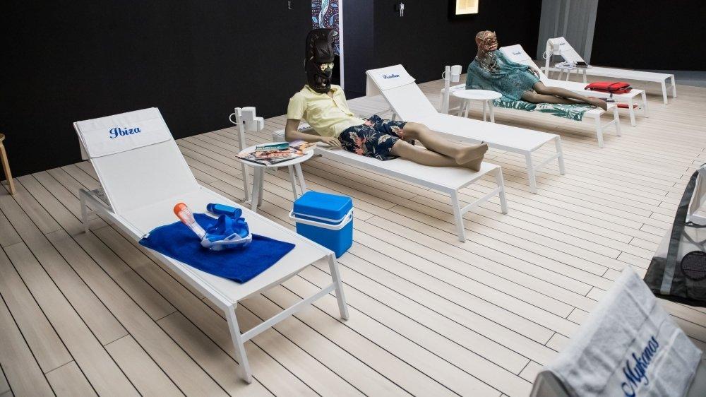 """De Mykonos à Ibiza, on danse sur """"L'été s'ra chaud"""" entre deux infos dramatiques."""