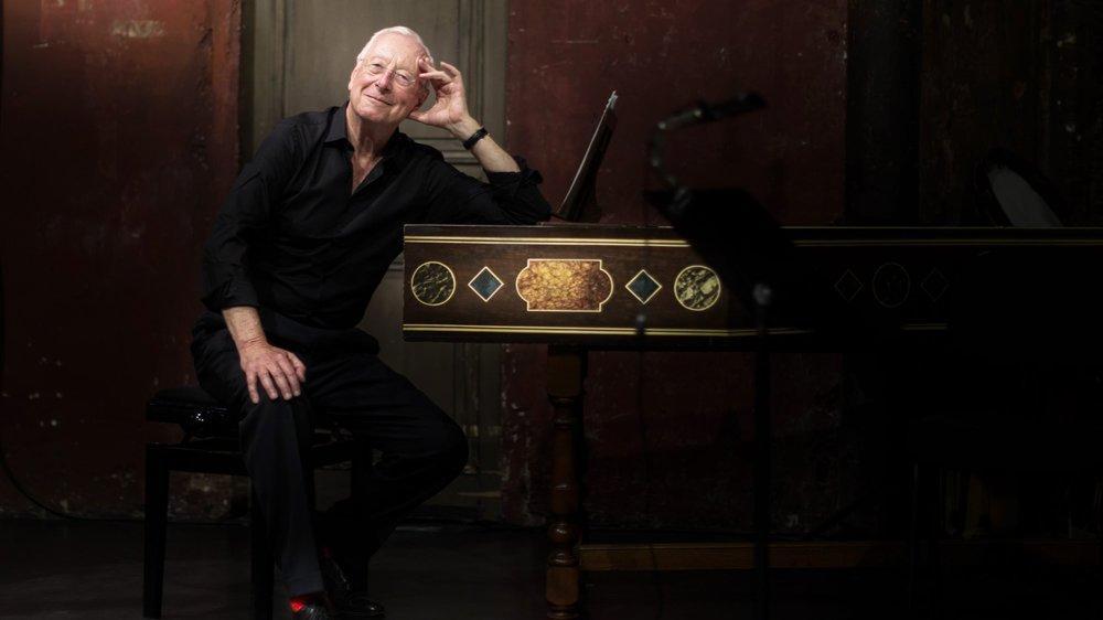 Depuis son clavecin, William Christie dirige les Arts florissants.