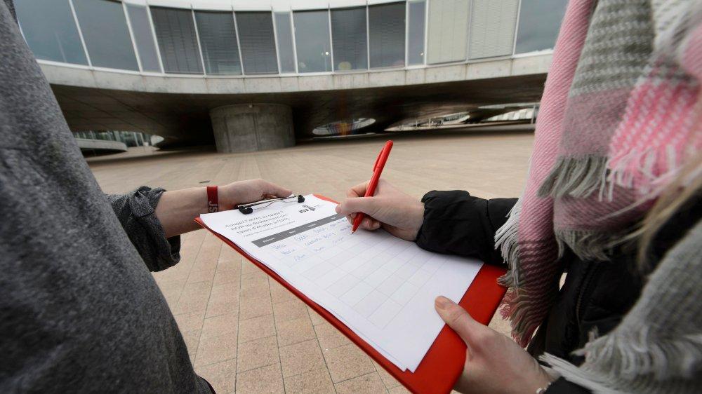 Les gens engagés pour certaines récoltes de signatures useraient d'arguments frauduleux, selon le Parti socialiste neuchâtelois.