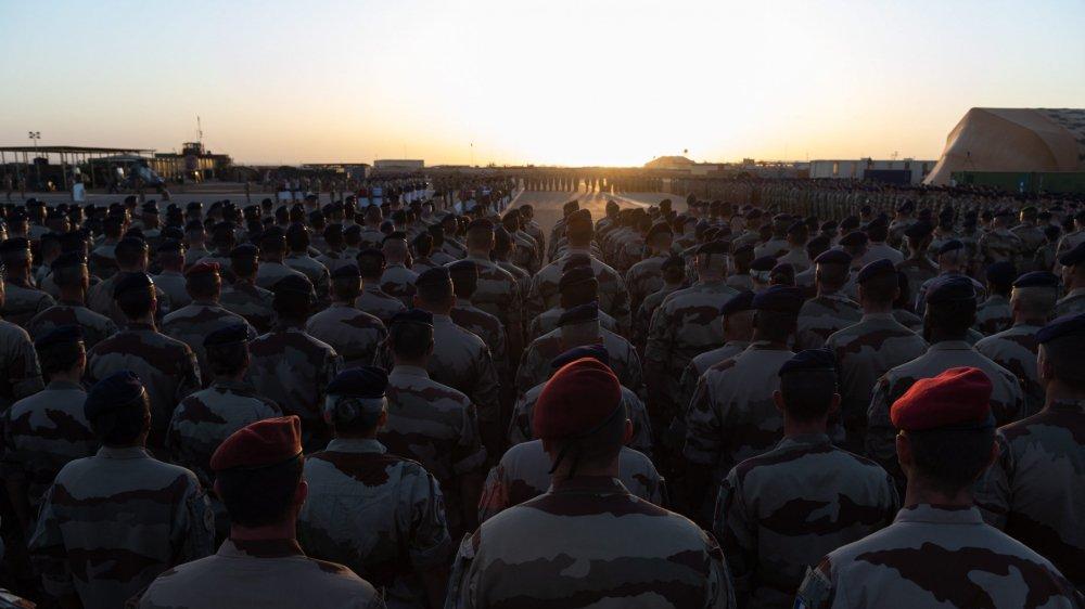 Ces soldats français, membres de Barkhane, saluaient, en novembre dernier, le départ des corps de leurs camarades vers la France.