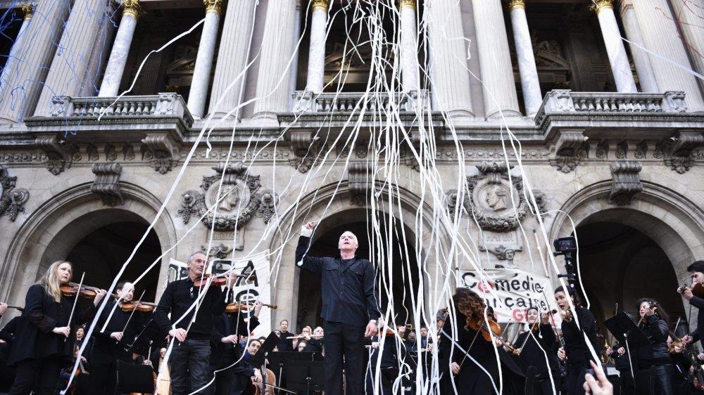 Salué par les manifestants, l'Opéra de Paris a donné un concert contre la réforme des retraites devant le palais Garnier.