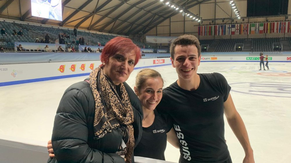 Alexandra Herbrikova et Nicolas Roulet (ici avec leur accompagnatrice Rosanna Murante): heureux de vivre leur deuxième expérience continentale.
