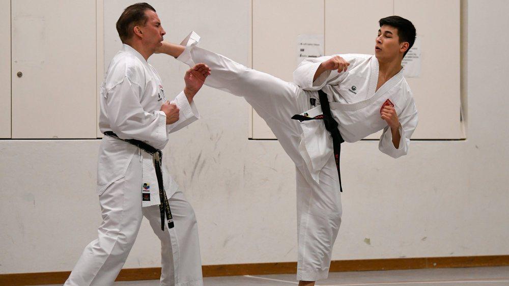 Johnny (à gauche) et Keanu Cattin à l'entraînement, dans la halle de gym du collège de la Charrière, à La Chaux-de-Fonds.