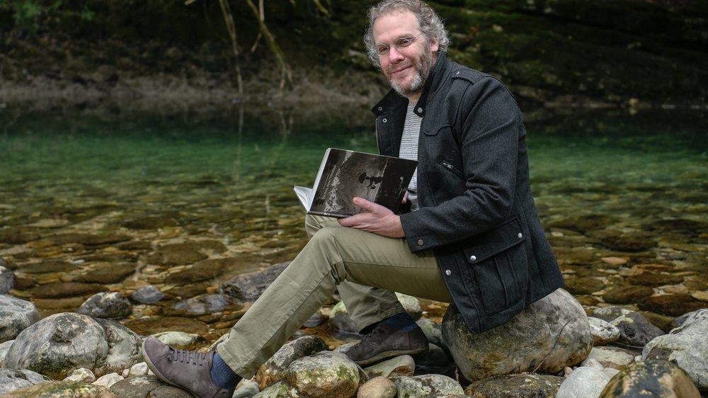 Samuel Crettenand, avec le dernier ouvrage qu'il a publié, au bord de l'Areuse.   BOUDRY 17/01/2020 Photo: Christian Galley