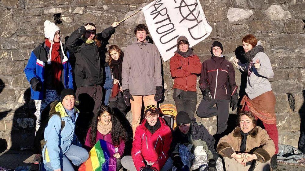 Ce mardi, Christophe, un jeune Neuchâtelois (debout à droite), a mis le cap sur Davos en compagnie d'une quinzaine de Romands.