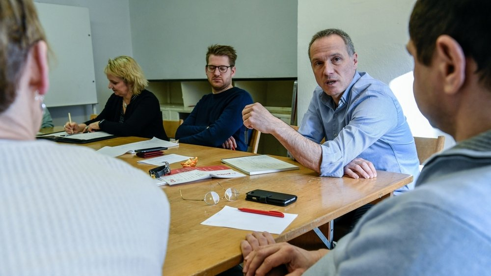 Ambiance studieuse lors des ateliers du congrès socialiste: la présidente du parti Florence Nater, le conseiller national Baptiste Hurni et le conseiller d'Etat Laurent Kurth.