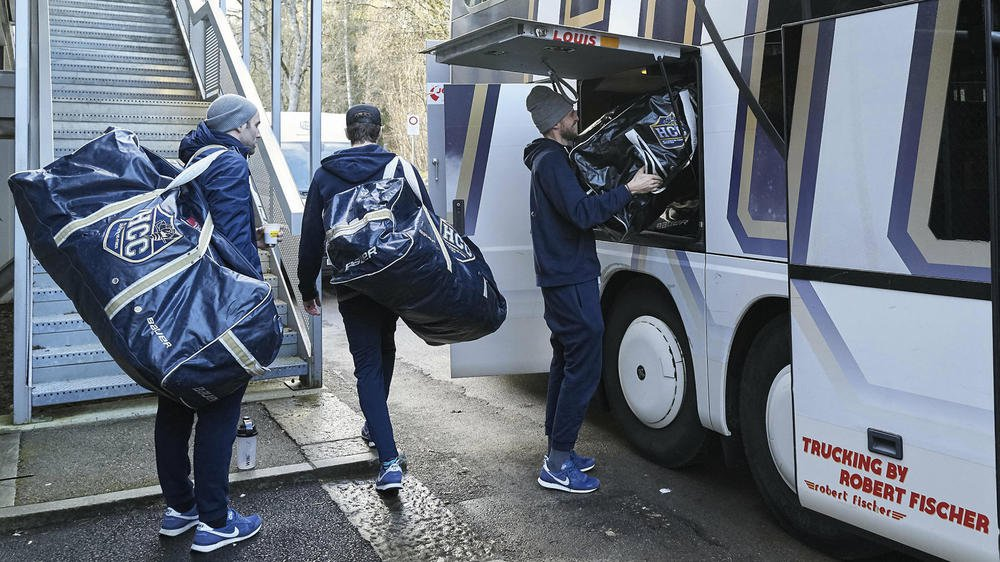 Les joueurs du HCC sont responsables de leur propre matériel. Ici au moment du chargement dans le car, avant le départ pour Olten.