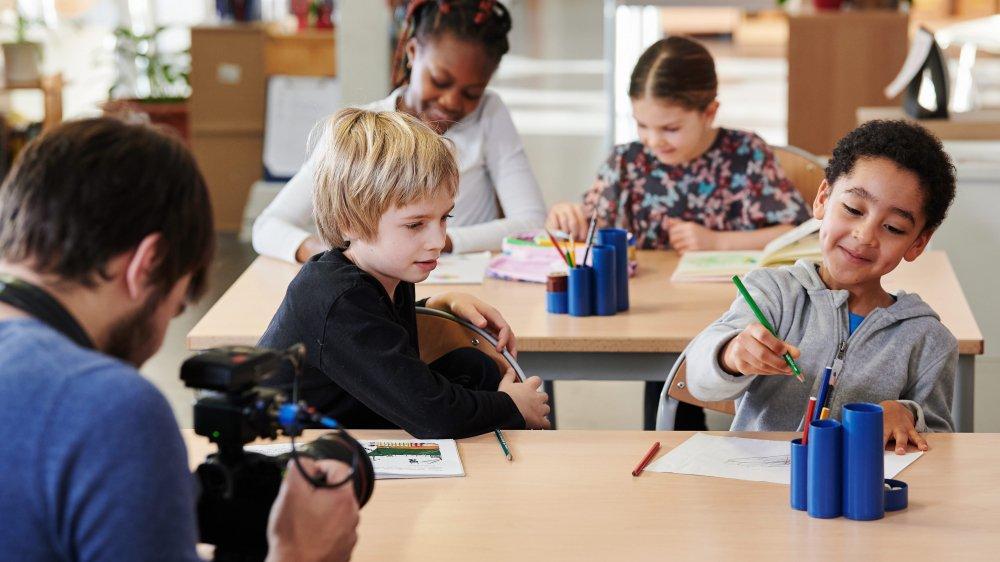 Des petits Neuchâtelois participent au tournage des vidéos pour l'apprentissage du français.
