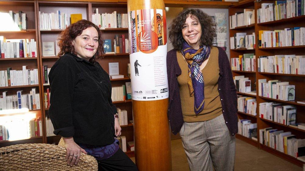 Anne Pellaton (à g.) et Marie-Joëlle Pedretti posent à la librairie La Méridienne, devant l'affiche de Mille fois le temps, leur festival littéraire.