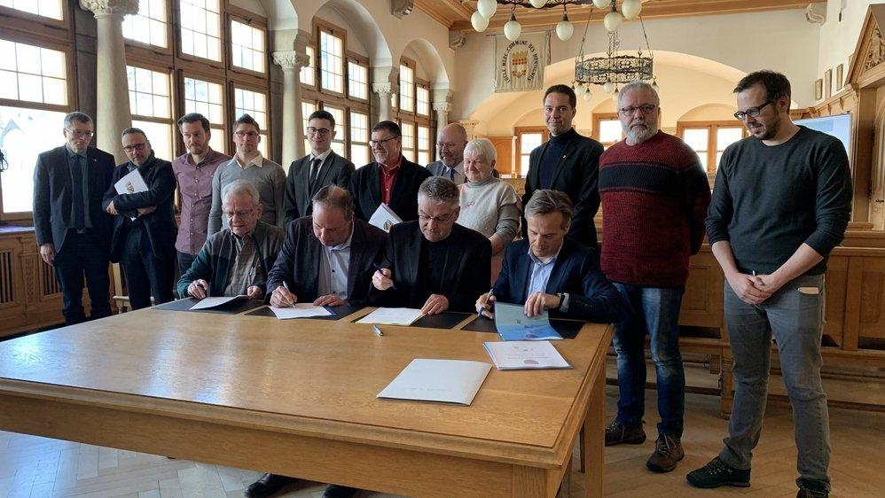 Le projet d'accord de fusion a été signé ce mercredi matin par les autorités du Locle et des Brenets.