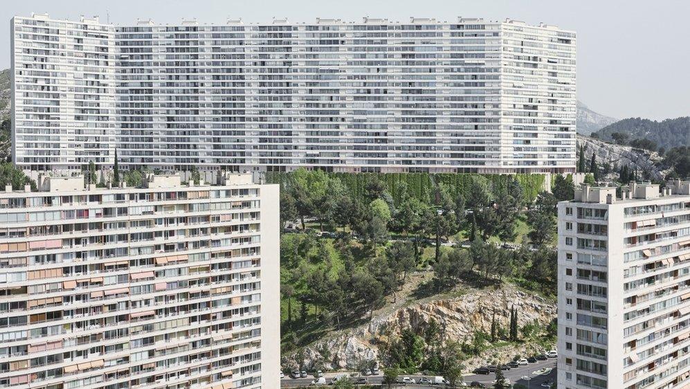 Photographie très géométrique de quartiers et immeubles marseillais.