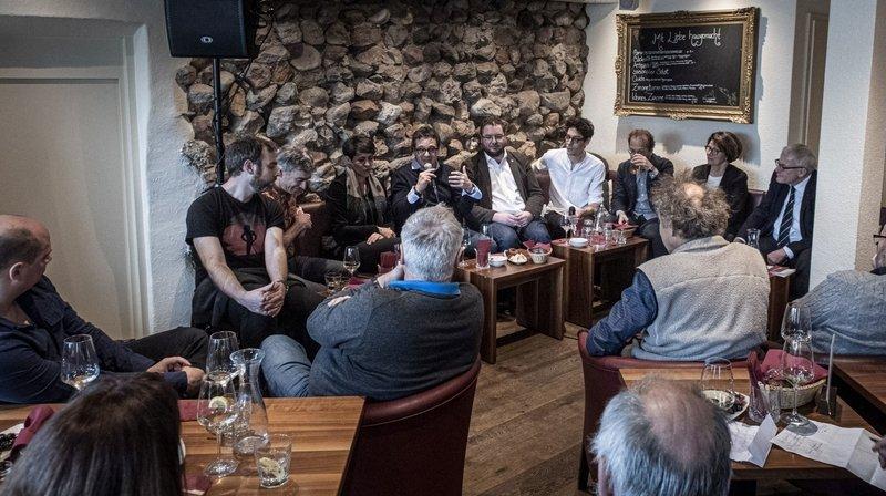 Le Conseil communal de La Chaux-de-Fonds entouré par les deux réalisateurs du film (à gauche), Robin Erard et Samuel Chalard, et le président de la Ville de Soleure (à droite), Kurt Fluri.