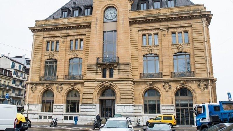 Le collectif Bureau du Cent Onze a élu domicile à l'hôtel des Postes à Neuchâtel, là où travaillaient les téléphonistes du 111.