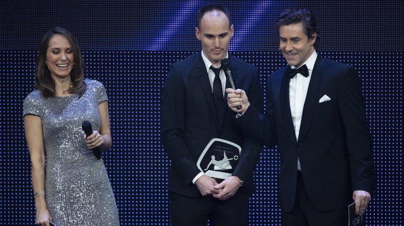 """Steve von Bergen (au centre) reçoit le prix du """"But de l'année""""."""
