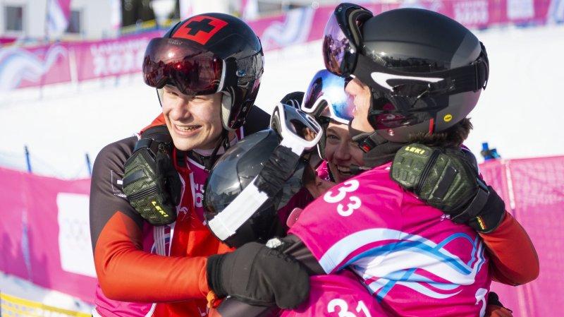 Robin Tissières termine sa course dans les bras de ses jeunes collègues. La Suisse est championne olympique.