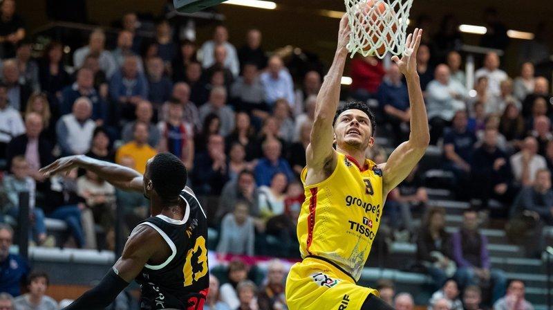Yoan Granvorka (en jaune) au dunk, ici contre Lugano. La jeunesse unioniste a encore une fois montré l'étendue de son talent ce dimanche.
