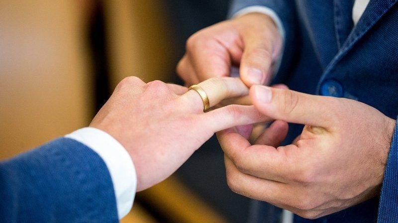 Le Conseil fédéral tient à ouvrir rapidement le mariage à tous les couples