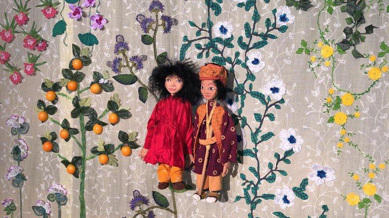 Les deux marionnettes Asan et Anahita évoluent grâce à la collaboration de huit personnes.