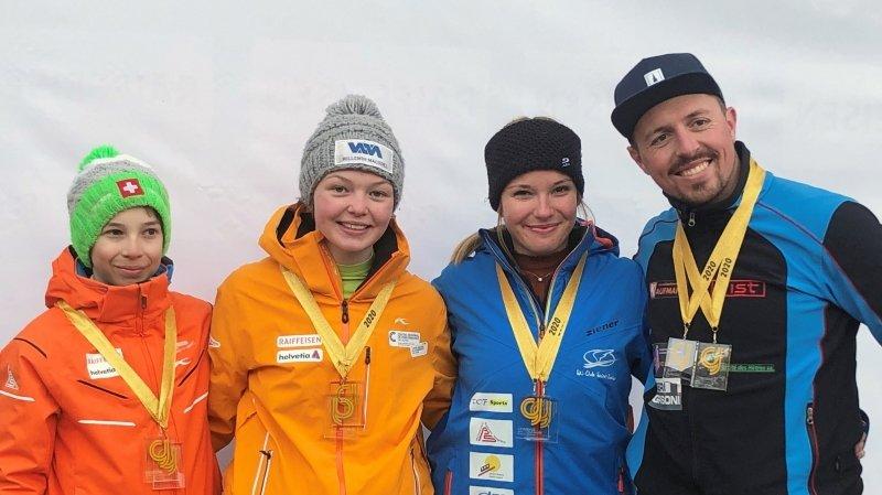 Quentin Cuche, Cheryl Sunnier, Sarah Schindelholz et Pierre Stiemsbert (de gauche à droite) avec leur médaille conquise à Zinal.