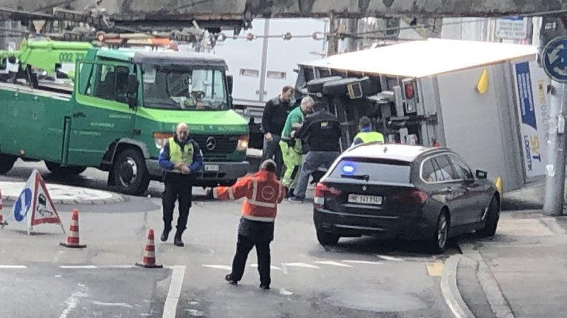 Neuchâtel: une remorque se renverse à la gare